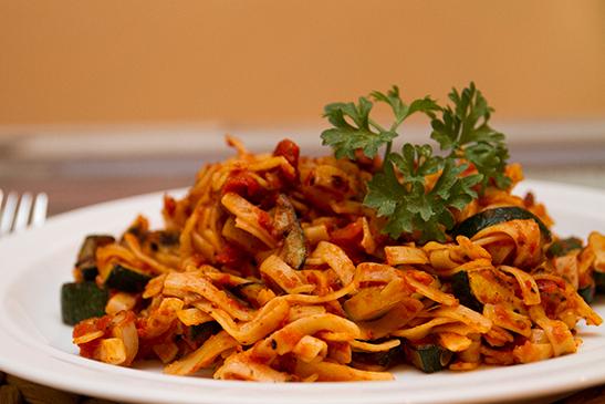 Fettuccine with spicy zucchini-tomato sauce - Chefbag