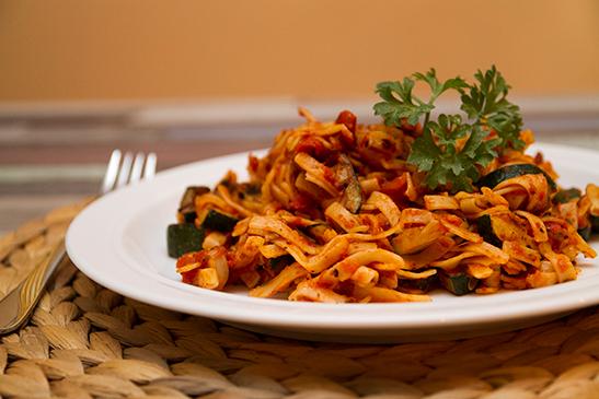 Fettuccini fűszeres, cukkinis-paradicsomos mártással - Chefbag