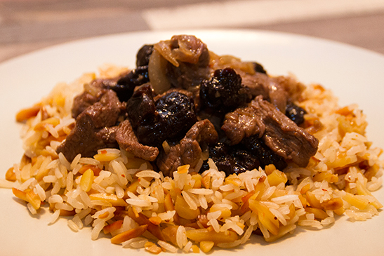 Dried plum tenderloin ragout with almond-chili rice - Chefbag