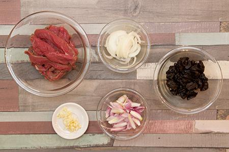 Aszalt szilvás bélszínragu mandulás-chilis rizzsel - Chefbag